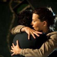 L'amore inatteso: Eric Caravaca e Arly Jover si abbracciano in una scena del film