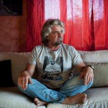 Una foto di Beppe Grillo con una t-shirt con Gandhi