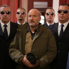 Benvenuto Presidente!: Claudio Bisio circondato da guardie del corpo in una scena del film