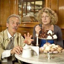 Ci vuole un gran fisico: Angela Finocchiaro insieme a Giovanni Storti in una scena del film