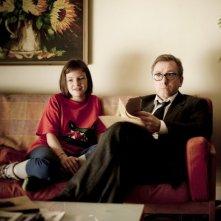 Eloise Laurence e Tim Roth in una scena del film Broken