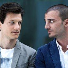 Nicolas Vaporidis e Andrea Bosca protagonisti della commedia Outing - Fidanzati per sbaglio