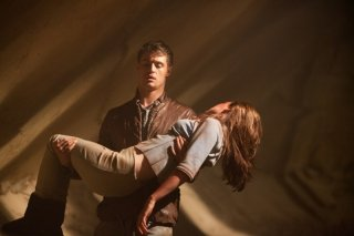The Host: Saoirse Ronan in una scena del film con Max Irons