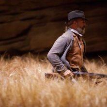 William Hurt con il suo fucile in una scena del fantascientifico The Host