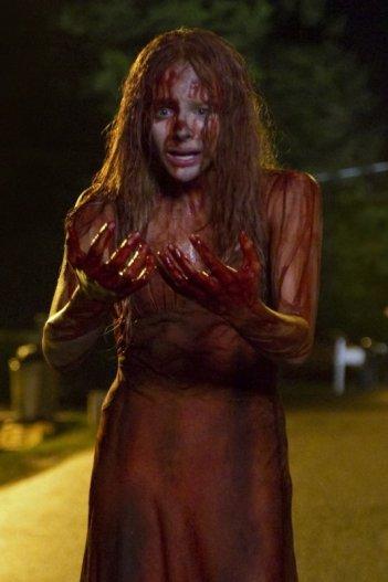 Carrie: Chloe Moretz in una sanguinosa immagine del remake del film di Brian De Palma
