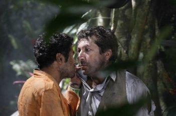 Jamel Debbouze e Alain Chabat faccia a faccia in una scena di Marsupilami