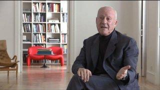 Quanto pesa il suo edificio, Mr. Foster?: l'architetto Norman Foster parla delle sue opere in una scena del documentario