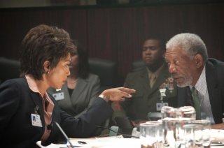 Attacco al potere - Olympus Has Fallen: Angela Bassett e Morgan Freeman in una scena