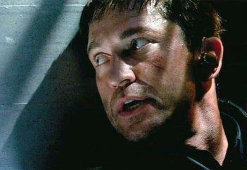 Attacco al potere - Olympus Has Fallen: l'agente speciale Gerard Butler in azione in una scena