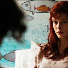 Bianca come il latte, rossa come il sangue: lo sguardo intenso di Gaia Weiss in una scena del film