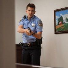 Bradley Cooper in azione in una scena del thriller Come un tuono