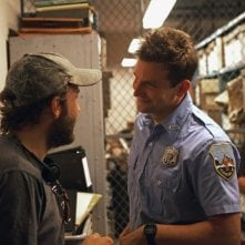 Bradley Cooper in divisa sul set del thriller Come un tuono insieme al regista Derek Cianfrance