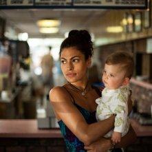 Come un tuono: Eva Mendes con il figlio piccolo in una scena del film