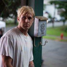 Ryan Gosling è Alex, un motociclista e stuntman che inizia a rapinare banche, in una scena di Come un tuono