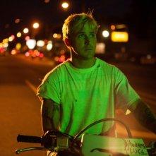 Ryan Gosling motociclista e stuntman in una scena di Come un tuono
