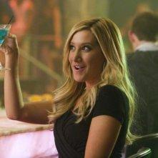 Ashley Tisdale in un bar in una scena del comico Scary Movie 5