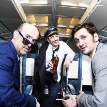 Gli amanti passeggeri: Javier Cámara, Raúl Arévalo e Carlos Areces posano per un photoshoot ispirato al film di Almodovar