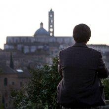 La città ideale: Luigi Lo Cascio di spalle guarda il panorama in una scena del film