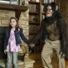 Scary Movie 5: Gracie Whitton in una scena del film con uno scimpanzè