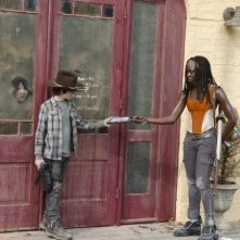 The Walking Dead: Chandler Riggs con Danai Gurira in una scena dell'episodio Ripulire