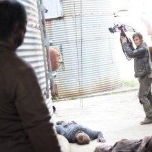 The Walking Dead: Norman Reedus tra gli Erranti in una scena dell'episodio Apri gli occhi