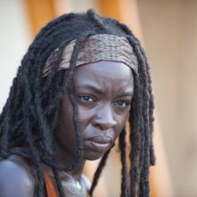 The Walking Dead: un primo piano di Danai Gurira nell'episodio Ripulire