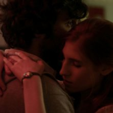 Agathe Bonitzer abbracciata a Pio Marmai nel film Les Nuits avec Théodore