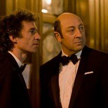 E' successo a Saint-Tropez: Kad Merad ed Eric Elmosnino elegantissimi in una scena del film