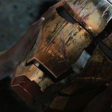 Iron Man 3: il casco rotto di Iron Man tra le mani di Pepper Potts in una scena del film