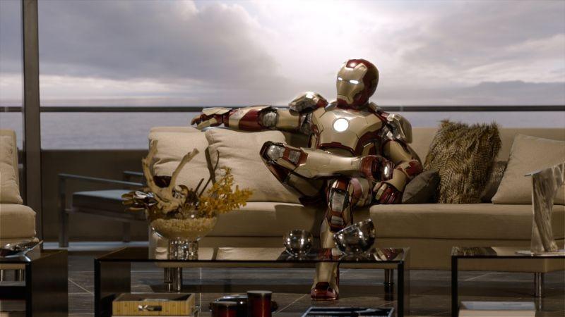 Iron Man 3: Iron Man si riposa sul divano in una scena del film