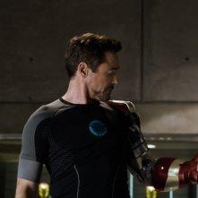 Iron Man 3: Robert Downey Jr. nel suo laboratorio elettromeccanico prova il braccio di Iron Man