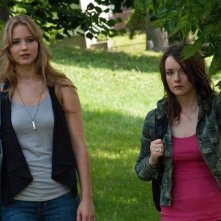 Jennifer Lawrence con Allie MacDonald in una scena del thriller House at the End of the Street
