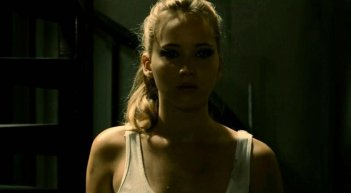 Jennifer Lawrence in un'immagine notturna tratta dal thriller House at the End of the Street