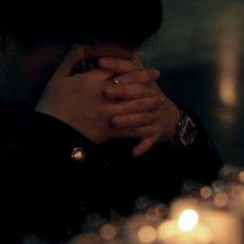 Mea maxima culpa. Silenzio nella casa di Dio: una fedele in preghiera in un'immagine del documentario