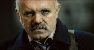 Muffa: un cagnesco primo piano di Ercan Kesal in una scena