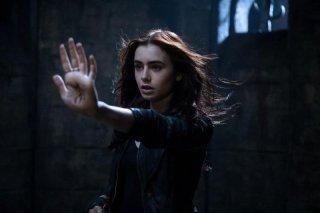 Shadowhunters - Città di ossa: Lily Collins è Clary in una scena del fantasy