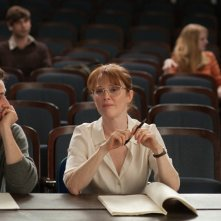 The English Teacher: Julianne Moore e Michael Angarano in una scena del film