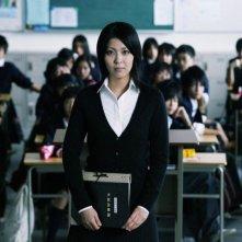 Confessions: l'insegnante Takako Matsu nella sua classe in una scena del film