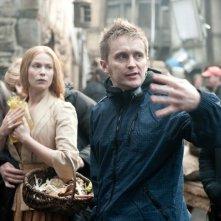 Hansel &Gretel - Cacciatori di streghe: il regista Tommy Wirkola sul set con Pihla Viitala