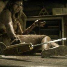 La casa: Elizabeth Blackmore alle prese con un coltello elettrico in una scena del film