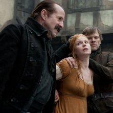 Pihla Viitala maltrattata da Peter Stormare in Hansel & Gretel - Cacciatori di streghe