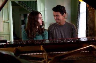 Stoker: Mia Wasikowska e Matthew Goode al pianoforte in un momento del film