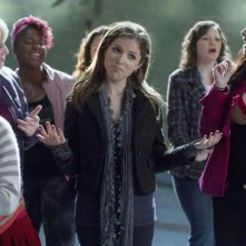 Anna Kendrick con le sue compagne in una scena di Pitch Perfect