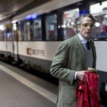 Treno di notte per Lisbona: Jeremy Irons sui binari del treno per Lisbona in una scena del film