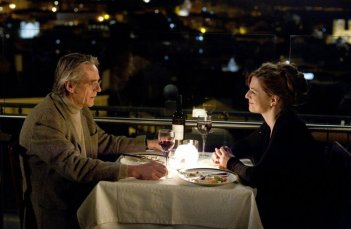Treno di notte per Lisbona: Martina Gedeck a cena insieme a Jeremy Irons in una scena del film