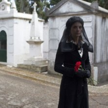 Treno di notte per Lisbona: Mélanie Laurent in abito luttuoso al cimitero in una scena