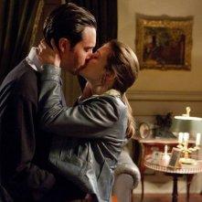 Treno di notte per Lisbona: un bacio appassionato tra Mélanie Laurent e Jack Huston tratto dal film