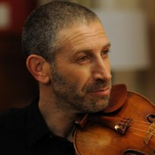 Una fragile armonia: Mark Ivanir col suo violino in una scena del film
