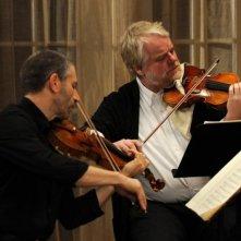 Una fragile armonia: Mark Ivanir e Philip Seymour Hoffman in una scena suonano il violino