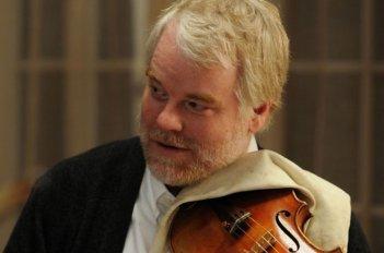 Una fragile armonia: Philip Seymour Hoffman in una scena col suo violino